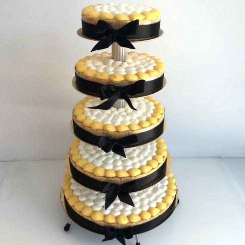 Gâteau à étages jaune