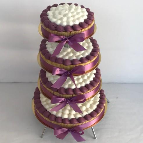 Gâteau à étages parme foncé